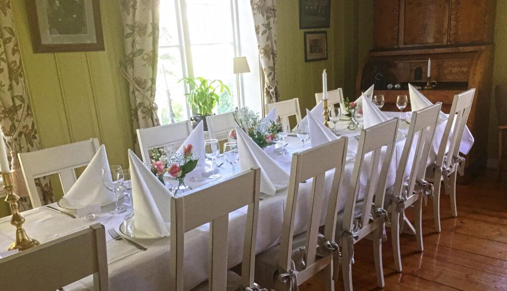 Dekket bord i stua til Kvarstad gård